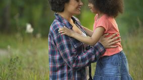 Junge Mutter und nette kleine Tochter, die ihre Nasen reibt und zusammen lacht stock video footage