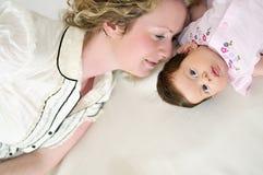 Junge Mutter und Schätzchen Stockbild
