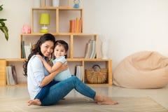Junge Mutter und Tochter stockfotografie