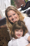 Junge Mutter und Tochter Stockbild