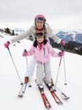 Junge Mutter und Tochter auf Ski-Ferien Lizenzfreies Stockfoto