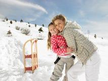 Junge Mutter und Tochter auf Winter-Ferien Lizenzfreie Stockfotos