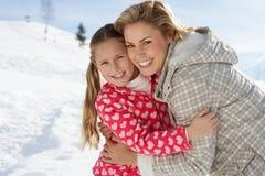 Junge Mutter und Tochter auf Winter-Ferien Lizenzfreie Stockfotografie