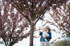 Junge Mutterfrau, die Freizeit mit ihrem kinder- kaukasischen wei?en Kind des Babys mit der Hand eines Elternteils sichtbar genie stockfotografie