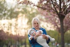 Junge Mutterfrau, die Freizeit mit ihrem kinder- kaukasischen wei?en Kind des Babys mit der Hand eines Elternteils sichtbar genie lizenzfreie stockfotografie