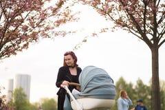 Junge Mutterfrau, die Freizeit mit ihrem kinder- kaukasischen wei?en Kind des Babys mit der Hand eines Elternteils sichtbar genie lizenzfreie stockfotos