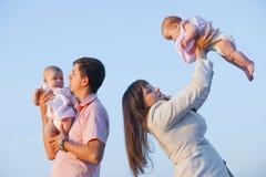 Junge Muttergesellschaft mit Kindern Stockfotos