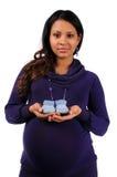 Junge Mutterholding gestrickte Babyschuhe Stockbild
