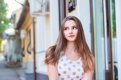 Junge nachdenkliche Frau, die auf Treppe sich entspannt und sitzt lizenzfreie stockbilder