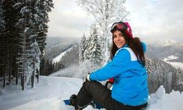 Junge nachdenkliche Frau im Winter im schneebedeckten Wald auf Berg Lizenzfreies Stockfoto