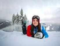 Junge nachdenkliche Frau im Winter im schneebedeckten Wald auf Berg Stockbild