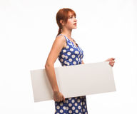 Junge nachdenkliche Frau, welche die Darstellung, zeigend auf Plakat zeigt Lizenzfreies Stockbild
