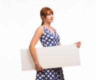 Junge nachdenkliche Frau, welche die Darstellung, zeigend auf Plakat zeigt Stockbild