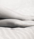 Junge nackte Frau auf sandigem Strand Stockfoto