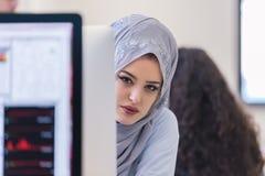 Junge nahöstliche Geschäftsfrau, die im Büro arbeitet stockbilder