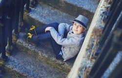 Junge nahe dem Fluss in der Stadt lizenzfreie stockfotografie
