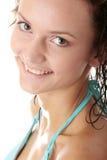 Junge nasse Frau im blauen Bikini Lizenzfreies Stockfoto