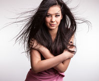 Junge nette asiatische Mädchenhaltungen im Studio. Stockbilder