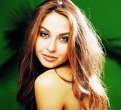 Junge nette blonde Frau auf dem grünen Palmenhintergrundlächeln glücklich, Lizenzfreies Stockbild