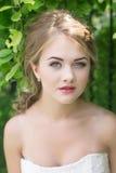 Junge nette blonde schöne Braut Stockbilder