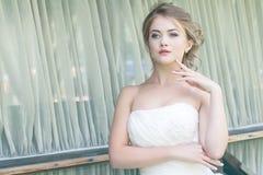 Junge nette blonde schöne Braut Stockfotos