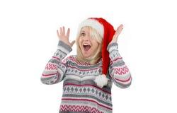 Junge nette Blondine werfen oben Hände Lizenzfreie Stockfotografie