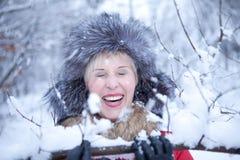 Junge nette Frau beim Waldlächeln des verschneiten Winters Stockbilder