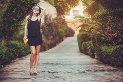 Junge nette Frau, die in einem grünen Park aufwirft stockfoto