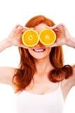 Junge nette Frau mit Orangen Lizenzfreie Stockfotografie