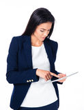 Junge nette Geschäftsfrau, die Tablet-Computer verwendet Stockfoto