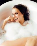 Junge nette süße Brunettefrau, die Bad, glückliches lächelndes peopl nimmt Lizenzfreies Stockbild