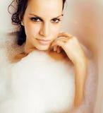 Junge nette süße Brunettefrau, die Bad, glücklichen lächelnden Leutelebensstil nimmt Lizenzfreie Stockbilder