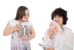 Junge nimmt einen Stapel des Geldes vom Mädchen weg Stockfoto