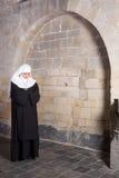 Junge Nonne in der alten Kirche Lizenzfreies Stockfoto