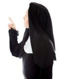 Junge Nonne, die oben denkt und zeigt Stockbild