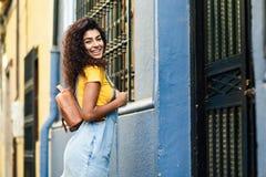 Junge Nordafrikanerin, Modell der Mode, draußen lizenzfreies stockbild