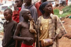 Junge obdachlose Klebersauganleger, Kampala, Uganda lizenzfreie stockfotos