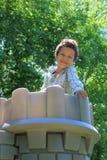 Junge oben auf Schloss Stockbilder