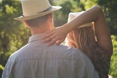 Junge Paar-überwachender Sonnenuntergang Lizenzfreie Stockfotos