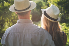Junge Paar-überwachender Sonnenuntergang Stockbilder