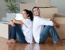 Junge Paar-bewegliches Haus Lizenzfreies Stockbild