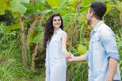 Junge Paar-hispanische Mann-und Frauen-gehende tropische Forest Holiday Happy Smiling Summer-Ferien Stockfotos