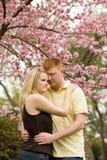 Junge Paar-Umfassung lizenzfreie stockfotos