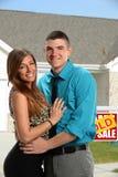 Junge Paar-Umfassung Lizenzfreie Stockfotografie