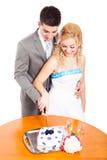 Junge Paarausschnitt-Hochzeitstorte Lizenzfreies Stockfoto