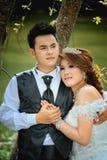 Junge Paare Asiens, die auf Natur aufwerfen Lizenzfreie Stockfotografie