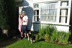 Junge Paare außerhalb des Hauses Lizenzfreie Stockbilder