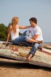 Junge Paare auf altem Boot Lizenzfreies Stockbild