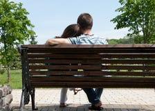 Junge Paare auf Bank Stockfotografie
