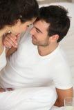 Junge Paare auf dem Bett stockbilder